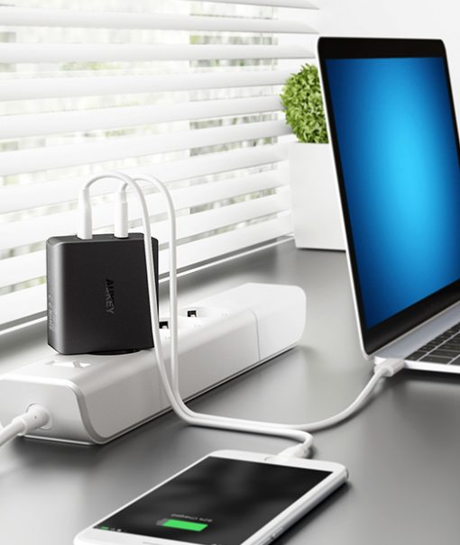Mobbi Plus Aukey Carregador 2 entradas USB-C USB-A Power Delivery 3.0 Carrega os novos Macbook Nintendo Switch PA-Y10